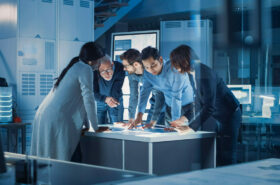 Team von Wissenschaftlern berät